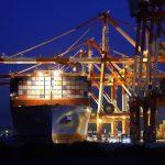Một tàu container neo đậu ở Yokohama, Nhật Bản
