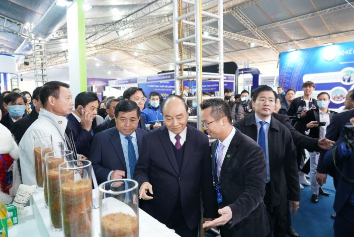 Mr. Dinh Xuan Cuong – Vice Chairman, CEO of An Phat Holdings welcomes Prime Minister Nguyen Xuan Phuc at the Group's display booth