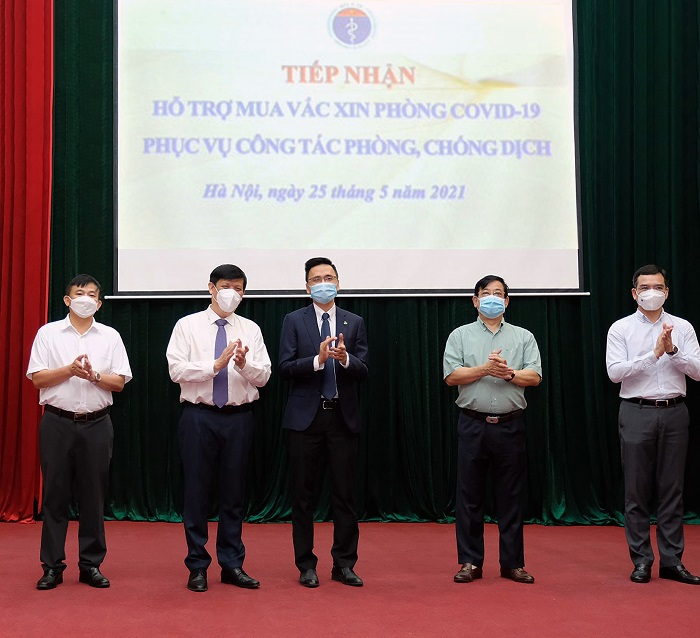 Đại diện Ban lãnh đạo An Phát Holdings, ông Phạm Đỗ Huy Cường - Phó TGĐ thường trực, Giám đốc Tài chính Tập đoàn (ở giữa) tại buổi Tiếp nhận hỗ trợ mua vaccine phòng Covid-19 của Bộ Y tế