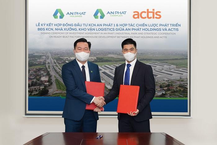 Ông Phạm Văn Tuấn (trái), Phó Tổng Giám đốc An Phát Holdings kí kết hợp tác với Actis