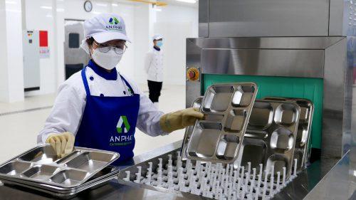 An Phát Catering Services đã đầu tư xây dựng hệ thống nhà bếp chế biến hiện đại theo quy trình khép kín, đảm bảo vệ sinh an toàn thực phẩm